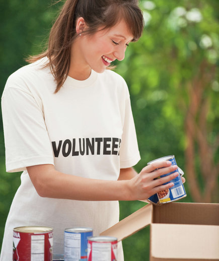 woman-volunteering