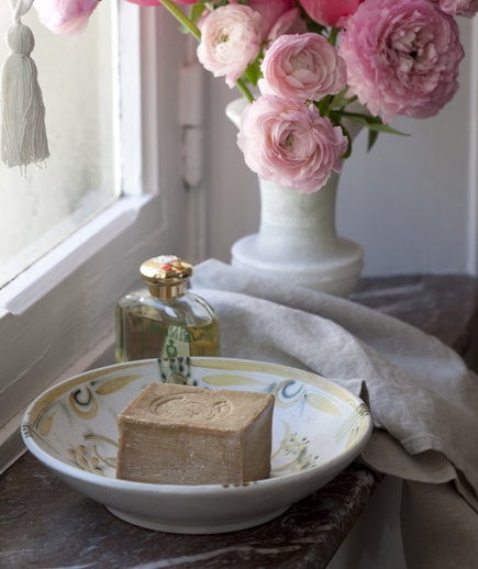 Vintage soap dish and flowers