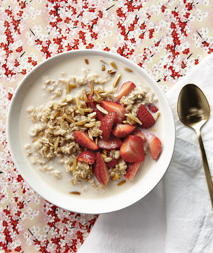 Overnight Oats With Strawberries and Toasted Almonds