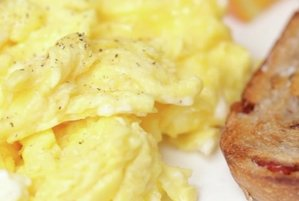 how to make fluffy scrambled eggs video