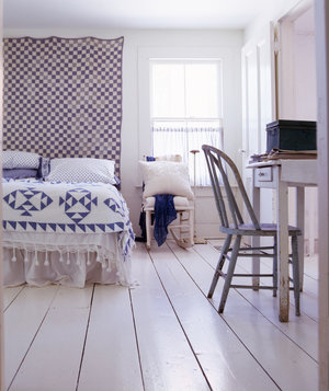 bedroom-with-tapestry