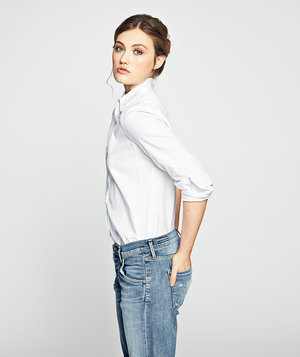model-classic-white-shirt-jeans