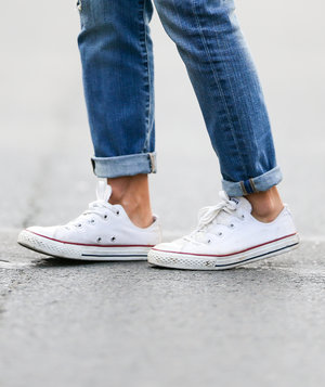 jeans-white-converse-shoes