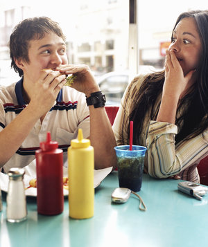 couple-eating-burger-diner
