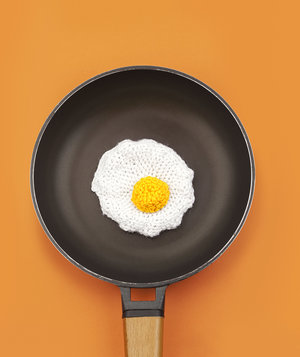crocheted-egg-pan