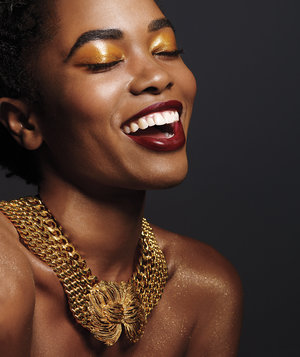 gold-necklace-gold-eyeshadow-woman