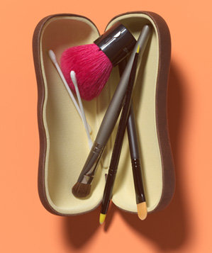 eyeglasses-case-as-makeup-brush-holder