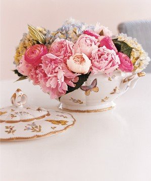 soup-tureen-used-as-centerpiece