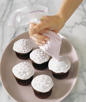zippered-plastic-bag-used-to-pipe-frosting