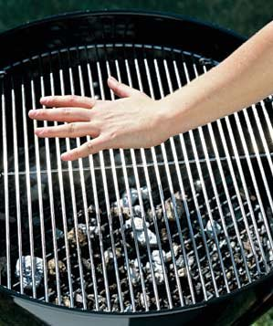0208grillpan-hand