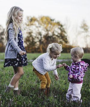 kids-playing-flowers-field