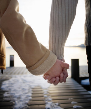holding-hands-couple-pier