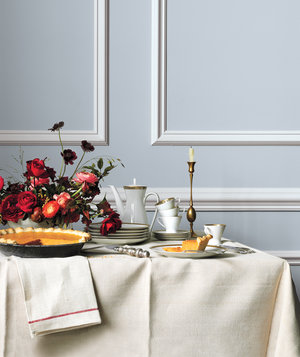 thanksgiving-table-pumpkin-pie-and-flowers