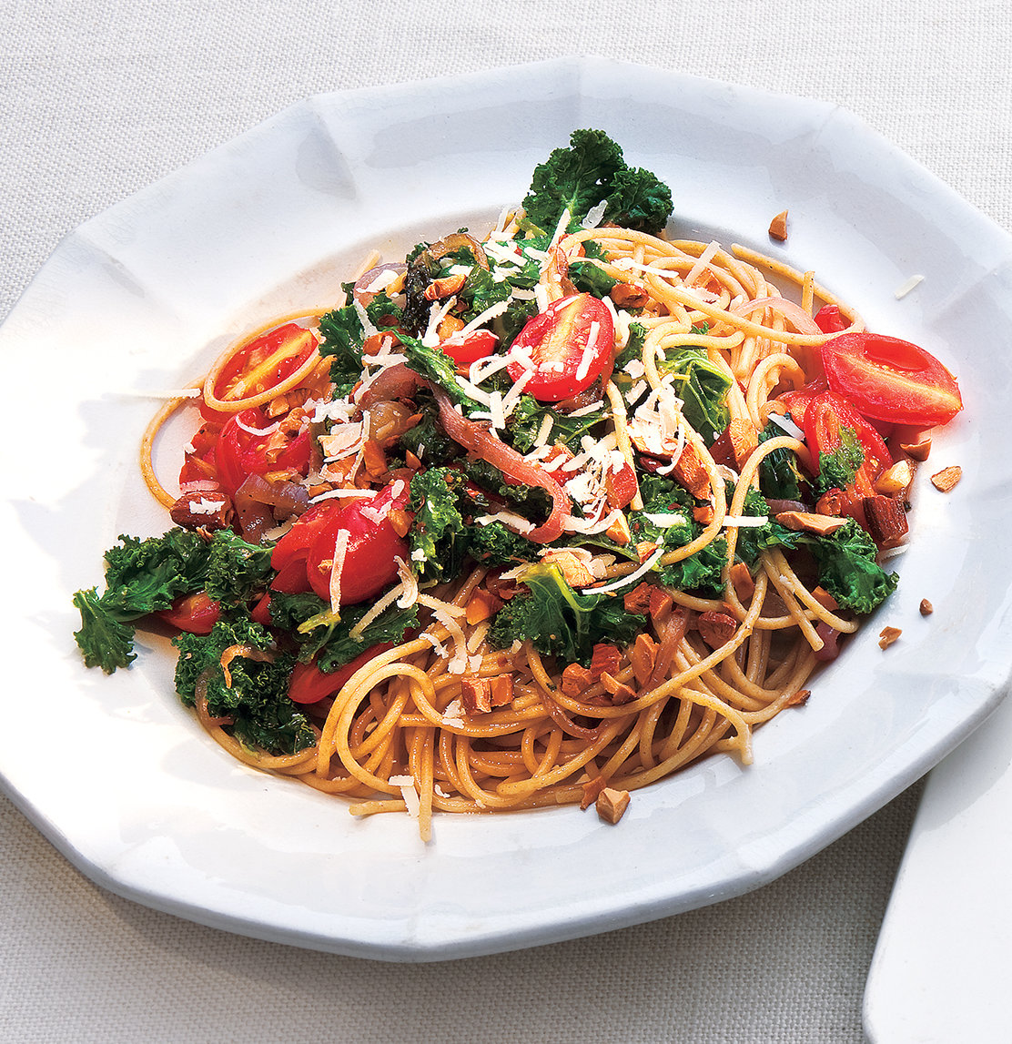 Easy Dinner Ideas: Whole-Grain Spaghetti With Garlicky Kale and Tomatoes