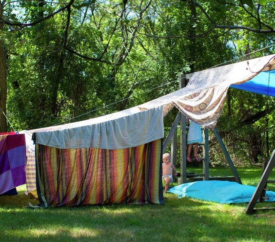 Pitch it outside amazing blanket fort ideas real simple for Play fort ideas