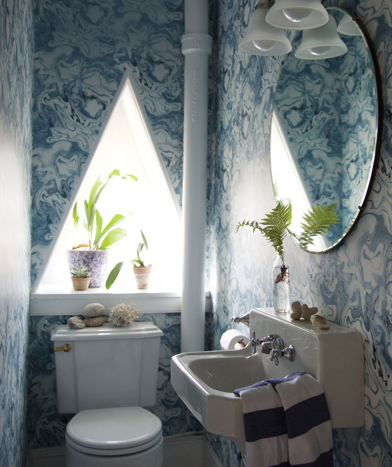 bathroom-blue-patterned-walls