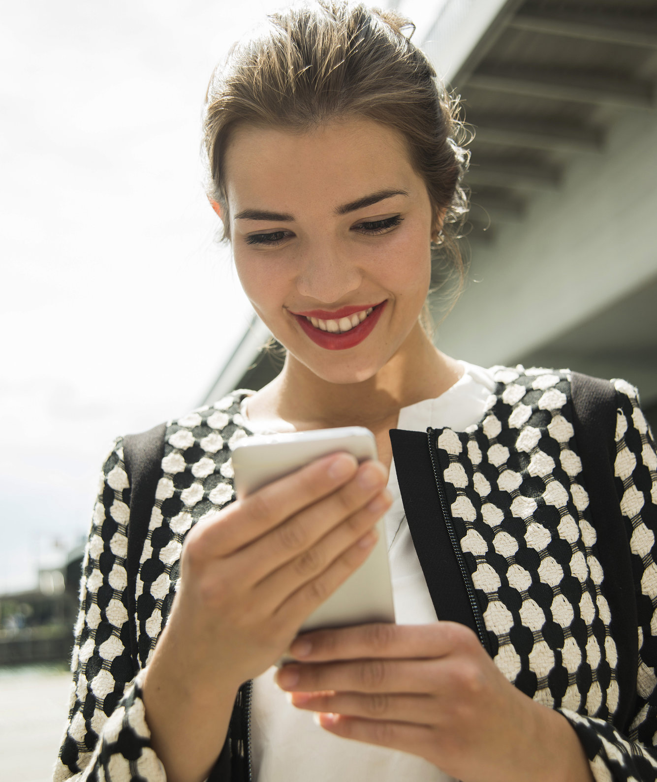 portrait-smiling-woman-smartphone
