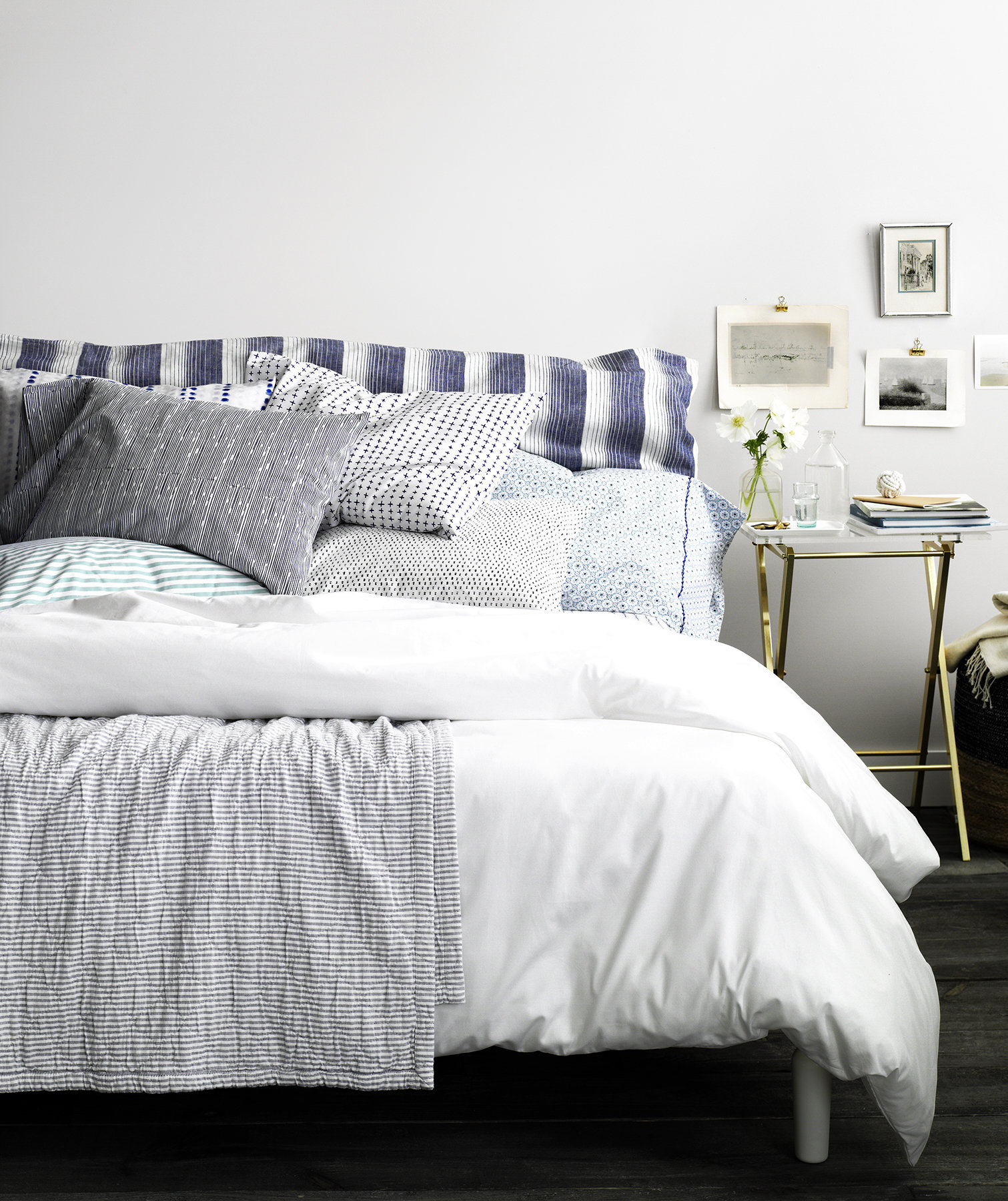 bed-blue-white-linens