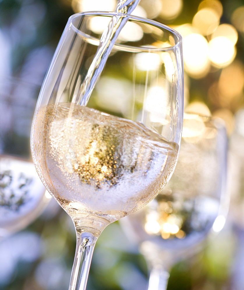 chilled-white-wine-in-glass