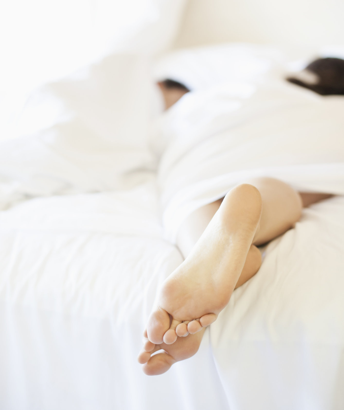 couple-laying-bed