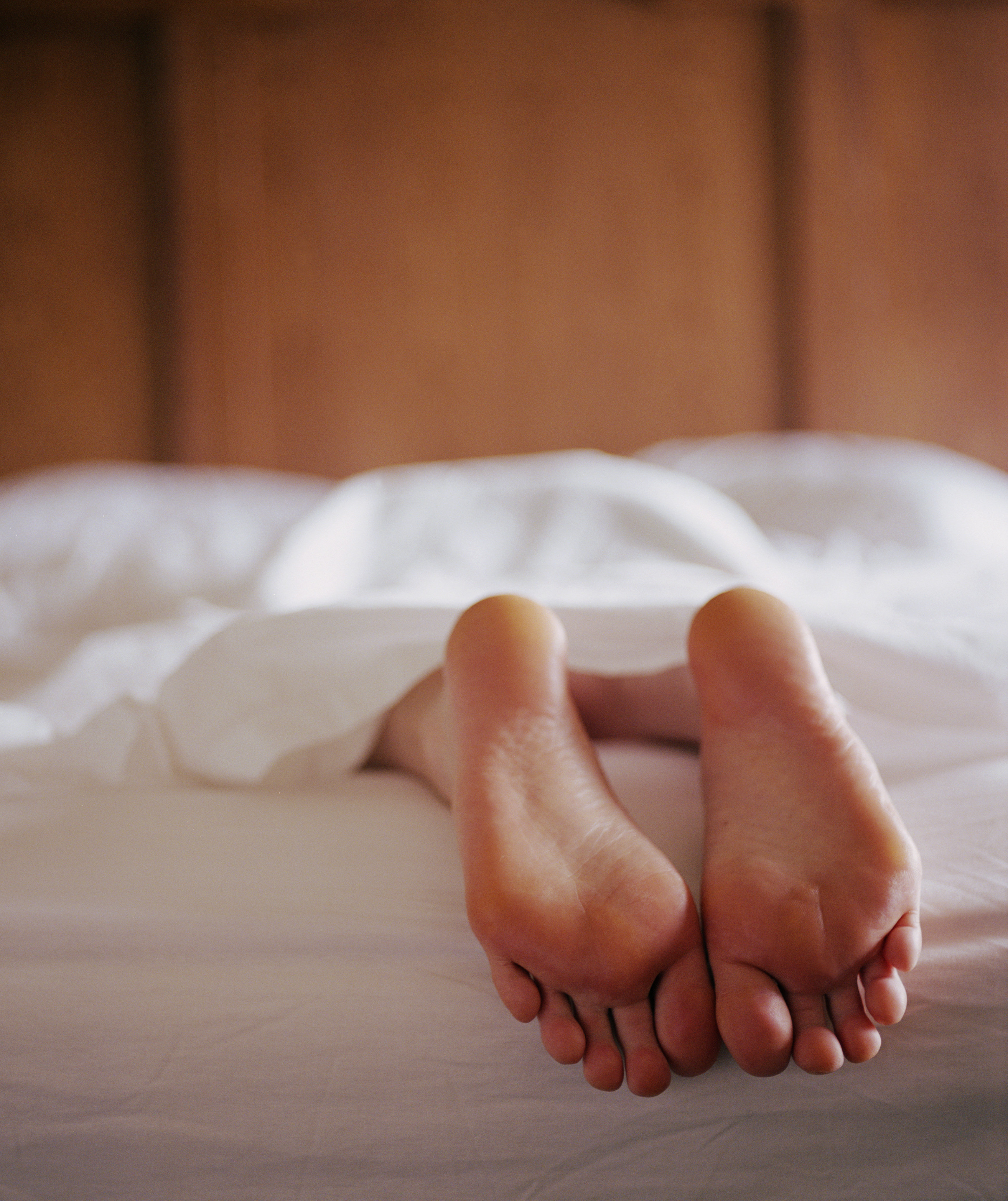 woman-foot-bed