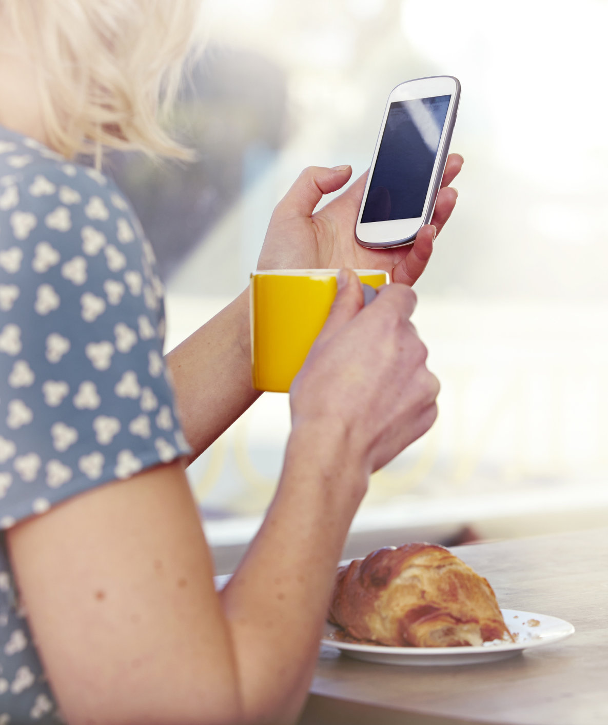 woman-cellphone-table