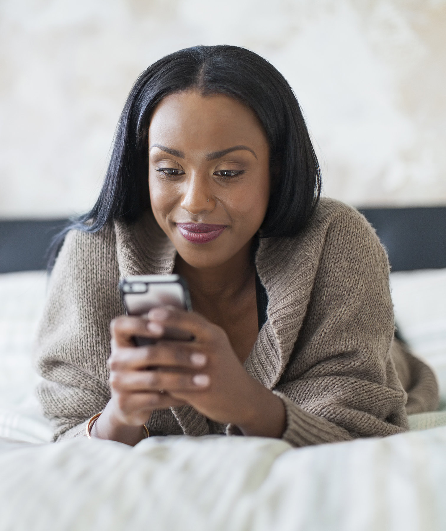 woman-texting-bed