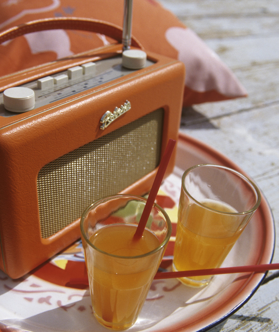 vintage-radio-drinks-table-party