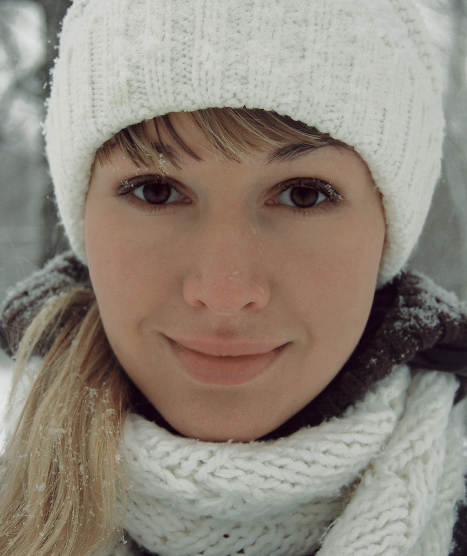 woman-winter-hat-scarf
